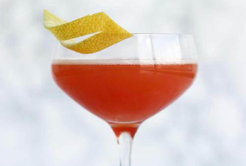 Controverse si arome. Despre cocktailul Cosmopolitan.